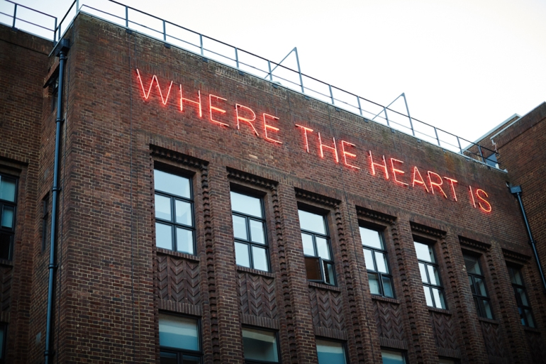 Where-the-Heart-Is-Tim-Etchells-Neon-2014-Image-Courtesy-of-the-Artist-72dpi-002